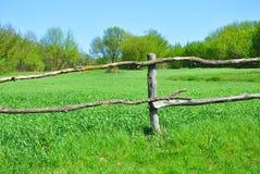 Stary drewniany ogrodzenie na tle zielona trawa fotografia stock