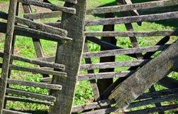 Stary drewniany ogrodzenie na tle zielona trawa zdjęcie royalty free