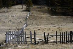Stary drewniany ogrodzenie w lasowym jesień dniu Obrazy Royalty Free