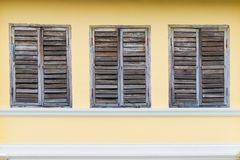 Stary drewniany okno na brązu cementu ściany portugalczyka stylu architekturze przy Phuket Tajlandia Obraz Royalty Free