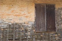 Stary drewniany okno na starym brudzi ścianę Fotografia Stock