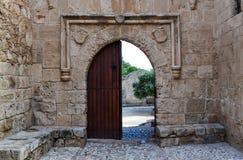 Stary drewniany otwarte drzwi na kamiennej ścianie: sposób z kasztelu zdjęcia stock