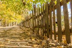 Stary Drewniany palika ogrodzenie na Historycznym gospodarstwie rolnym Obrazy Stock
