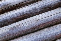 Stary drewniany połogi rząd sosnowych bela domu nieociosanych panel naturalnej bazy szara baza pękał bagażnika starego wietrzejąc obrazy stock