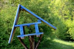Stary, drewniany ptasi dozownik, Zdjęcie Royalty Free