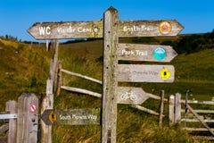 Stary drewniany rozdroże kierunku znak Podróży i turystyki pojęcia wizerunek zdjęcie stock