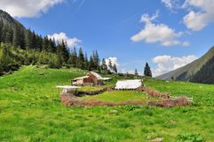 Stary drewniany sheepfold w górach obrazy stock