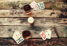 Stary drewniany stół bawić się karty od above Fotografia Stock
