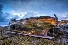 Stary drewniany statek na plaży obraz royalty free