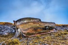 Stary drewniany statek na plaży zdjęcia stock