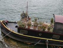 Stary drewniany statek w Paryż z roślinami fotografia stock