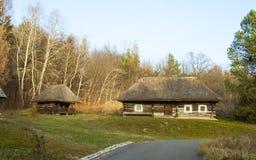 Stary drewniany tradycyjny dom z słomianym dachem w Ukraińskim muzeum narodowego na wolnym powietrzu Pirogovo Kyiv, Ukraina zdjęcia stock