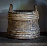 Stary drewniany wiadro w domu wiejskim Obraz Royalty Free