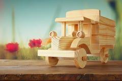 Stary drewniany zabawkarski samochód nad drewnianym stołem nostalgia i prostoty pojęcie kreatywne zmięty obraz mieszane projekt n Zdjęcia Royalty Free