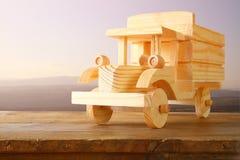 Stary drewniany zabawkarski samochód nad drewnianym stołem nostalgia i prostoty pojęcie kreatywne zmięty obraz mieszane projekt n Obrazy Royalty Free