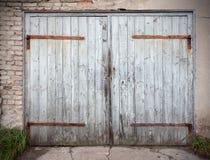 Stary drewniany zaniedbany garażu drzwi zdjęcie stock