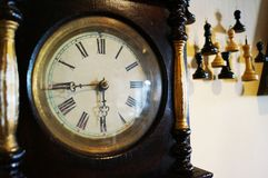 Stary drewniany zegar z pięknymi strzałami zdjęcia royalty free