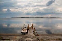 Stary drewno mosta molo z nikt przeciw pięknemu niebu Fotografia Royalty Free