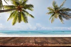 Stary drewno stół z zamazanego morza i kokosowego drzewa tłem Zdjęcie Stock