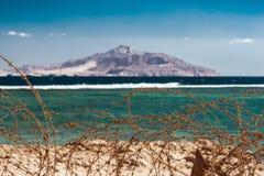 Stary drut kolczasty przed Czerwonym morzem i Tiran wyspą Drut i niebieskie niebo z chmurami Zbawczy ogrodzenie drut kolczasty Zdjęcia Stock