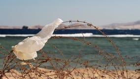 Stary drut kolczasty przed morzem zdjęcie wideo