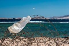 Stary drut kolczasty przed morzem Drut i niebieskie niebo z chmurami Zbawczy ogrodzenie drut kolczasty przeciw morzu i niebieskie Obrazy Stock