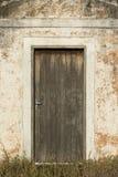 Stary drzwi biała kaplica w wsi sao Paulo zdjęcia royalty free