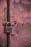Stary drzwi blokował z kłódki wiszącymi wspornikami tła ustawiają fotografia stock