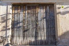 Stary drzwi stary garaż zdjęcie royalty free