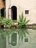 Stary drzwi przy kanałem Obrazy Stock