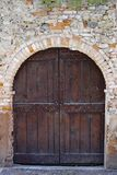 Stary drzwi w Barolo, Włochy obrazy royalty free
