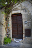 Stary drzwi w Tuscany miasteczku Assisi Obrazy Royalty Free