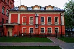 Stary dwór w neoklasycznym stylu w Moskwa podwórzu zdjęcia royalty free