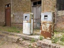 Stary dystrybutor paliwowa, ośniedziały zdjęcia royalty free