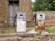 Stary dystrybutor paliwowa, ośniedziały z use Obraz Royalty Free