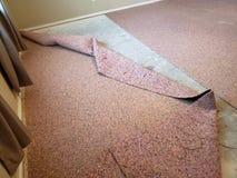 Stary dywan zamienia w ładnym domu wśrodku obrazy stock
