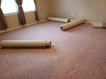 Stary dywan zamienia w dużym sypialni tle obrazy royalty free