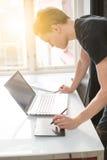 stary działanie laptopa obrazy stock
