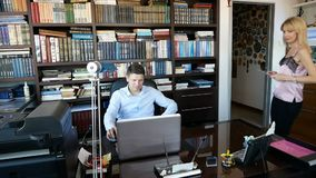 stary działanie laptopa sekretarka coordinates coś z szefem w pastylce zbiory