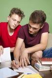 Stary dzieciak pomaga młody jeden z pracą domową Obraz Stock