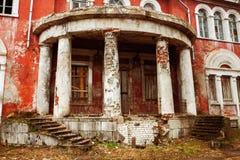 Stary dziejowy budynek z białymi kolumnami Zdjęcie Stock