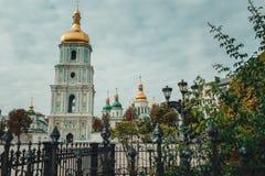 Stary dziejowy kościół z złotymi kopułami w Kijów, Ukraina Podróż Zdjęcie Stock
