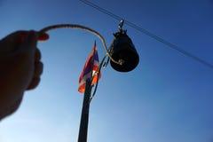 Stary dzwon jest dla sygnału z ręka chwytem Kuranty wokoło zdjęcie stock