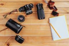 Stary ekranowy rolka notatnik z ołówkiem na drewnianym tle, kamera i film i Fotografia Stock
