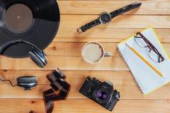Stary ekranowy rolka notatnik z ołówkiem na drewnianym tle, kamera i film i Zdjęcie Royalty Free
