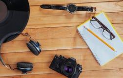 Stary ekranowy rolka notatnik z ołówkiem na drewnianym tle, kamera i film i Obrazy Royalty Free