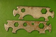Stary żelazo wpisuje bicykl na zielonym tle Zdjęcia Stock