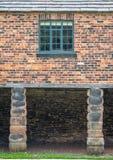 Stary Europejski ładowniczy dok budował z cegłami wspierać dwa col fotografia royalty free