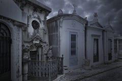 Stary europejski cmentarz przy półmrokiem obrazy stock
