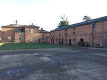Stary farmyard podwórze z ceglanymi domami zdjęcia stock